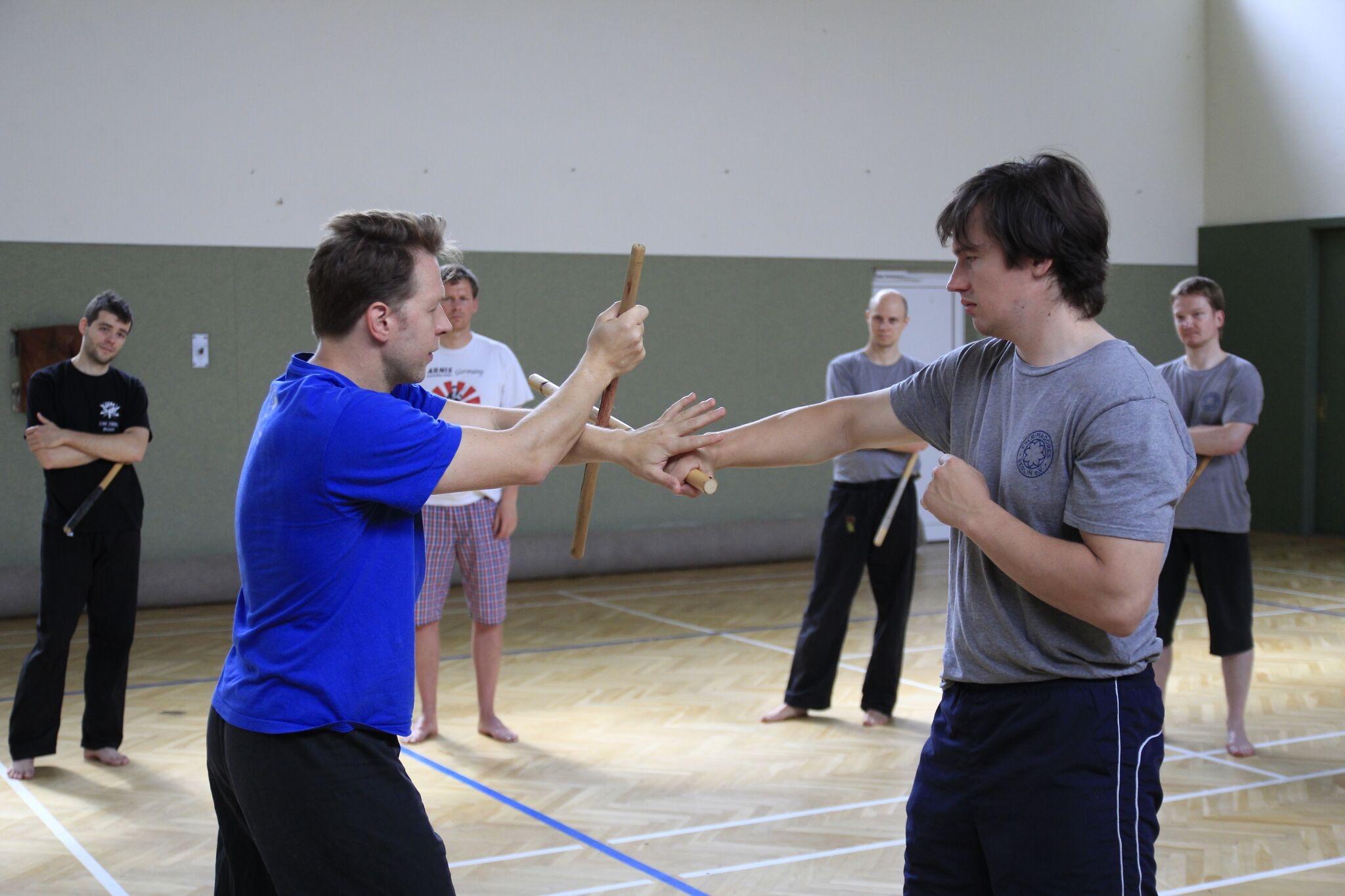 Stockkampf-Übung in Rewa-Haltung