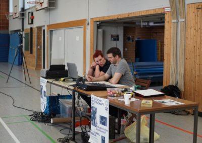 Zwei aus der Wettkampfleitung sitzen am Tisch